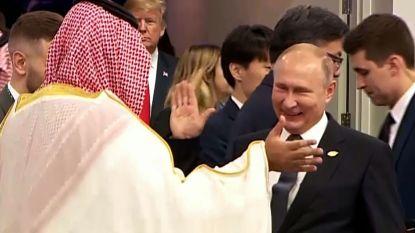 Saudische kroonprins aan zijkant gezet bij groepsfoto G20 in Buenos Aires, maar krijgt wel high five van Poetin