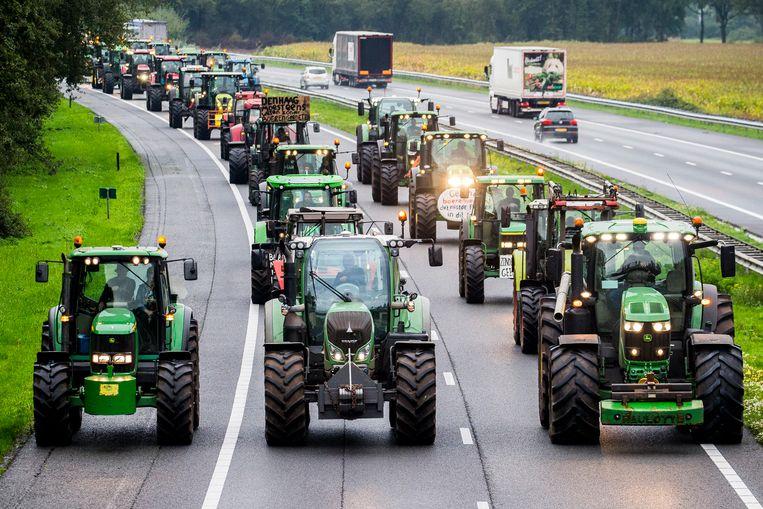 Drentse boeren blokkeren met hun trekkers de snelweg A28 tussen Hoogeveen en Meppel. Beeld ANP