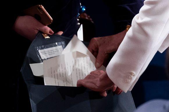 Pelosi stopt de verscheurde kopij in een envelop die teruggestuurd zal worden naar het Witte Huis.