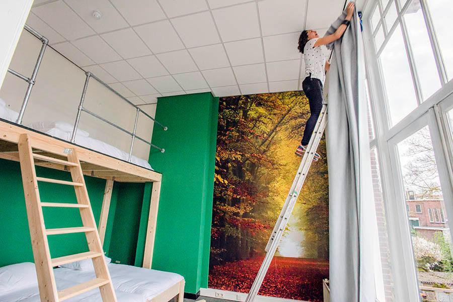 Marion Leijtens in Hostel Roots.