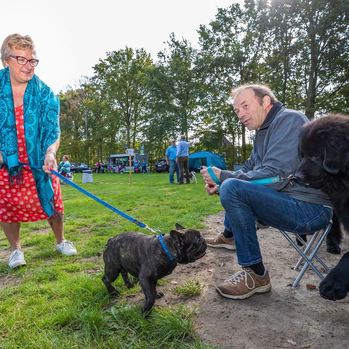 """Liesbeth Wijkmans en haar Franse Buldog """"Nacho"""" op het Rashondenfestival in Kaatsheuvel."""