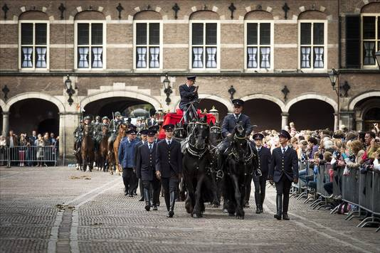 De cavalerie oefent zondagochtend op het Binnenhof in Den Haag met het binnenrijden en stoppen bij de Ridderzaal.