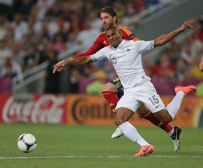Florent Malouda in duel met Sergio Ramos op het EK van 2012