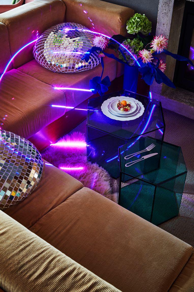 * Discobollen 'Quelle Fête' van Rotganzen, prijs op aanvraag (www.rotganzen.com) * Glazen 'Hexagon'-bijzettafels van ontwerper Thomas Eurlings voor glasmerk Joshh&, € 398 (www.joshh-and.nl) * Bord 'Dressed' door Marcel Wanders voor Alessi € 29 (groot) en € 20 (middelgroot) (www.alessi.com) * Bordje 'Scheveningen' uit de 'Kijk op Den Haag'-collectie van Maaike Bertens € 29 via (www.edwinpelser.nl)  * Koningsblauwe vilten tulpen van Wandschappen, € 198 via (www.groosrotterdam.nl) * 'Outline'-bestek van Maarten Baptist, 24-delige set € 145 (www.maartenbaptist.com) Beeld null