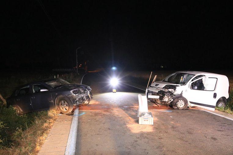 Een bestelwagen en een personenwagen kwamen in de Heirstraat frontaal met elkaar in botsing.