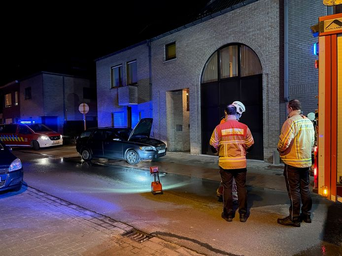 De brandweer kon verhinderen dat de wagen in brand vloog.