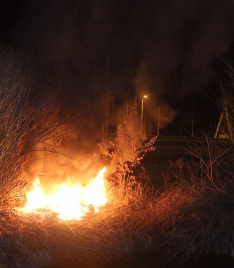 Alweer stapel autobanden in brand in Waardenburg