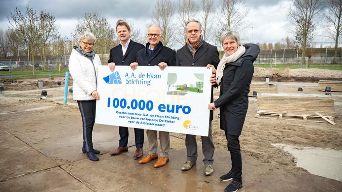 De A.A. de Haan Stichting heeft 100.00 euro gedoneerd voor de bouw van hospice De Cirkel in Papendrecht.