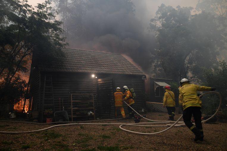 De landelijke brandweer heeft de handen vol aan de bosbranden in New South Wales. Veel van de vrijwillige brandweermannen zijn tijdelijk gestopt met hun gewone werk om te helpen met blussen.  Beeld EPA