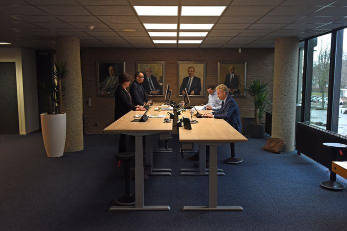 OOSTERHOUT - Pix4Profs/Casper van Aggelen - De burgemeester en wethouders van Oosterhout hebben een nieuwe werkplek. Op de gallerij waar je vroeger tegen een dichte deur liep, zitten de heren en dame nu bereikbaar voor iedereen.