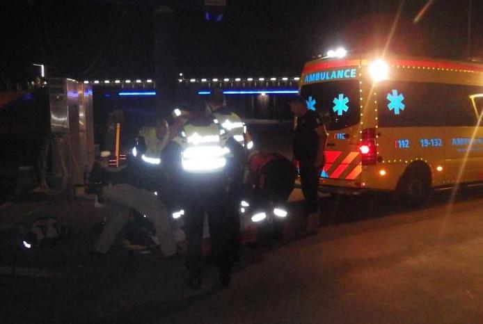 Ambulancepersoneel ontfermt zich over het slachtoffer.