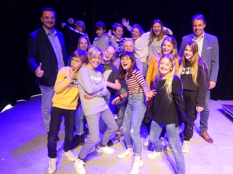 De deelnemers van de workshop mochten woensdag hun kunsten al eens voorstellen aan hun ouders in het Leietheater. Ook cultuurschepen Rutger De Reu en burgemeester Jan Vermeulen kwamen even kijken naar het jonge theatergeweld.