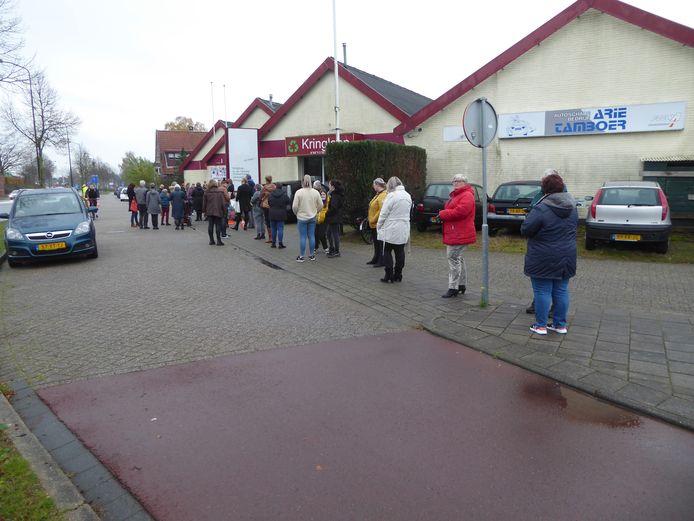 Een lange rij met koopjesjagers voor Kringloopwinkel De Hofstad