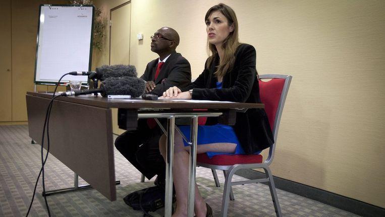 Melinda Taylor, medewerker van het Internationaal Strafhof ICC, geeft samen met haar baas Xavier-Jean Keita een persconferentie over haar vrijlating. Taylor werd met drie andere medewerkers gevangen genomen in Libie toen zij Saif al-Islam Kaddafi wilden bezoeken. Beeld anp