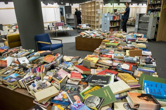 Overtollige boeken niet weggooien of ' in de fik steken'. De buurtbieb is er namelijk heel blij mee. FOTO Marco deSwart/ANP