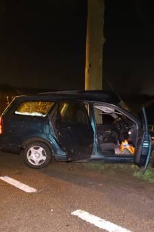 Auto maakt harde klap tegen boom in Ochten, bestuurder naar ziekenhuis