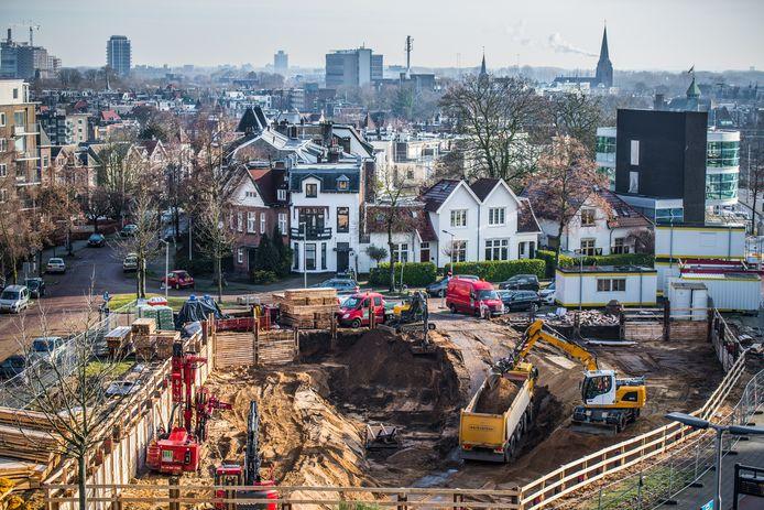 De bouwput voor het nieuwe kantoor van Hoogwegt met op de achtergrond de huizen aan de Brantsenstraat, links de Bouriciusstraat. Rechts achter de bouwput het kantoor in aanbouw van Breedband Arnhem.