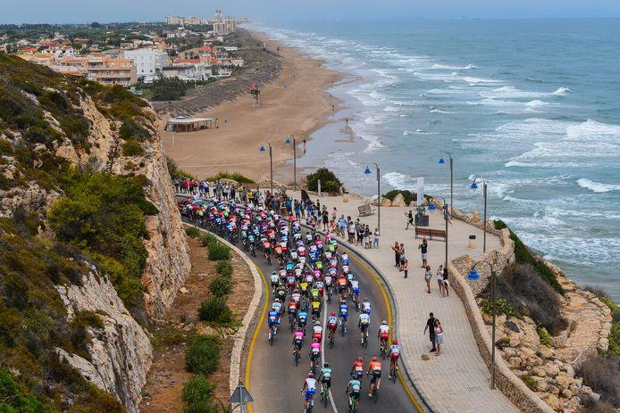 De renners direct na de start van de vierde etappe in Cullera.