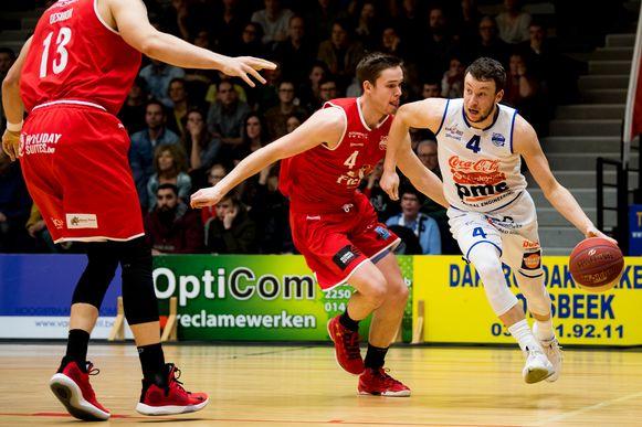 Simon Buysse en Terry Deroover vechten voor de bal tijdens een wedstrijd tussen Kangoeroes Mechelen en BC Oostende.
