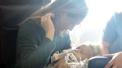 Hartverscheurende foto toont hoe moeder afscheid neemt van stervend dochtertje (1,5)