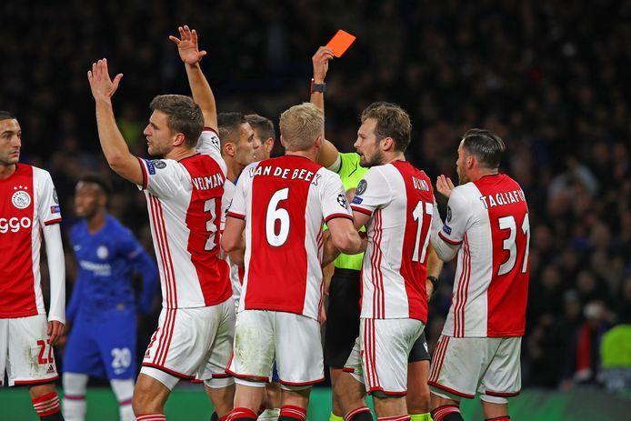 Ontzetting bij Ajax nadat zowel Joël Veltman als Daley Blind een tweede gele kaart krijgt.