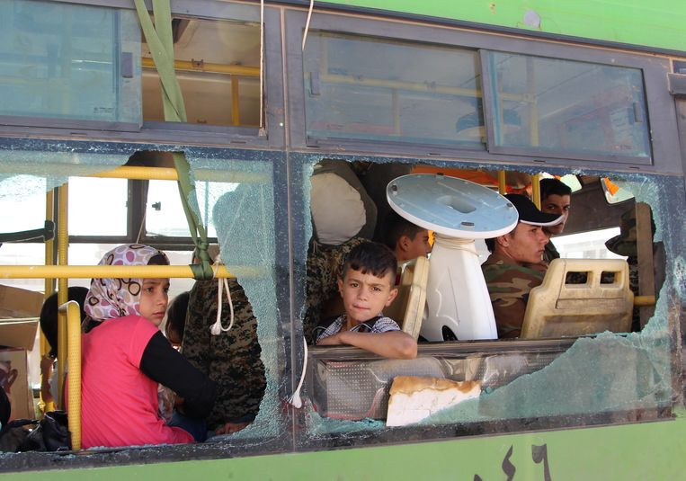 Syrische vluchtelingen in een bus in de Idlib-provincie. Veel Syriërs zijn gevlucht naar deze provincie. Beeld STR / AFP