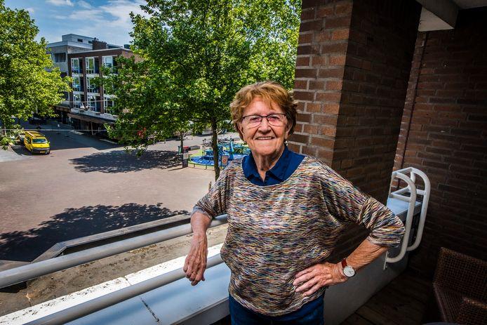 """Annie van de Boom (83) ziet het steeds drukker worden vanuit haar appartement in het centrum. De solidariteit brokkelt af, stelt ze vast, en de ouderen zijn de dupe. """"Moeten wij dan worden opgehokt als kippen?"""""""