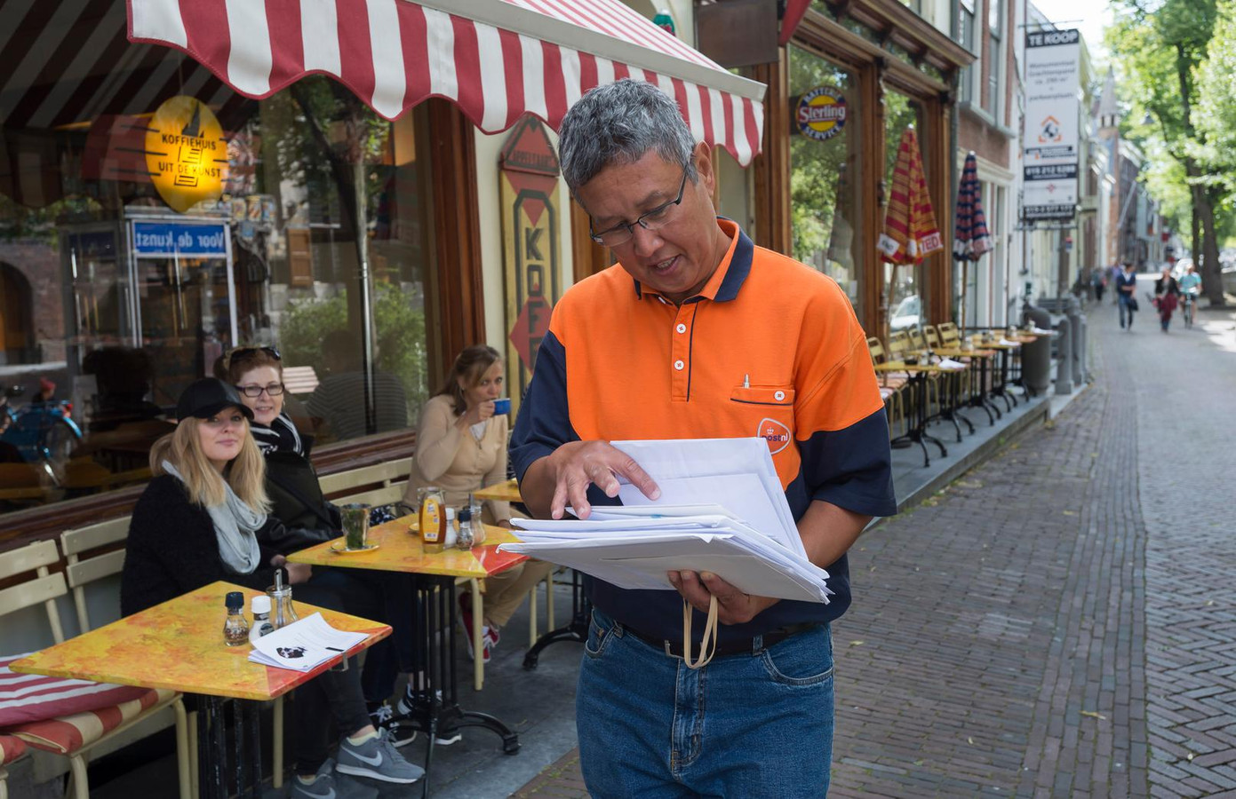 PostNL zoekt zijn Amsterdamse postbodes nu zelfs in Rotterdam