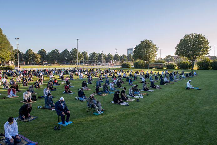 Coronaproof offerfeest op de sportvelden van voetbalvereniging TEC waar de Turkse moslimgemeenschap naar uitweek omdat de moskeeën te klein zijn om zoveel gelovigen te huisvesten