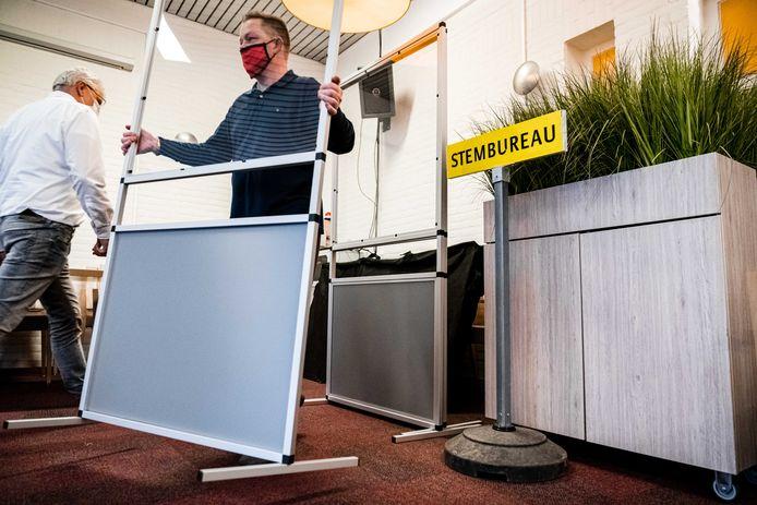 De laatste voorbereidingen in een stembureau in verzorgingstehuis Park Stanislaus in aanloop naar de herindelingsverkiezingen in de provincie Groningen en Noord-Brabant. ANP ROB ENGELAAR