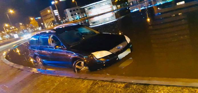 Auto in fontein