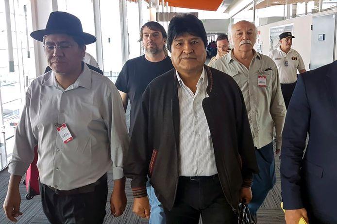 De voormalige president van Bolivia Evo Morales arriveert op de luchthaven van Buenos Aires in Argentinië. Links van hem de vroegere minister van Buitenlandse Zaken van Morales' regering, Diego Pary Rodriguez.