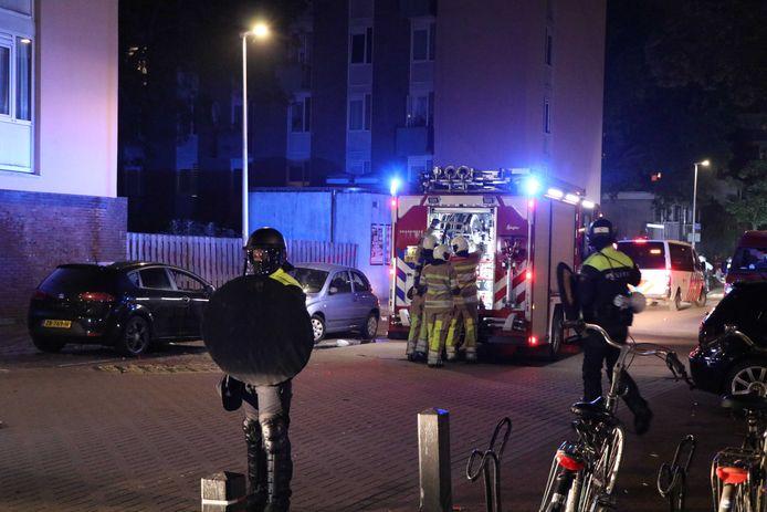 ME'ers beschermen de brandweer die in Kanaleneiland-Noord een autobrand blust