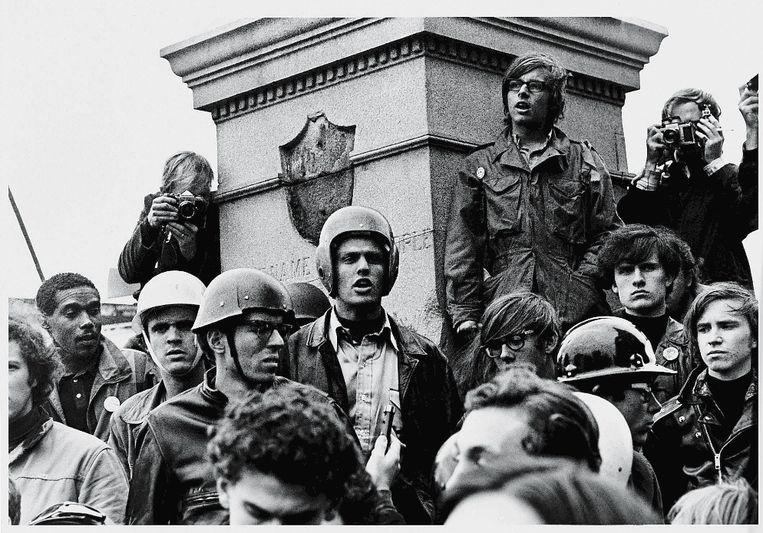 Weatherman-demonstratie: in het midden met helm leider JohnJacobs. Beeld Getty Images