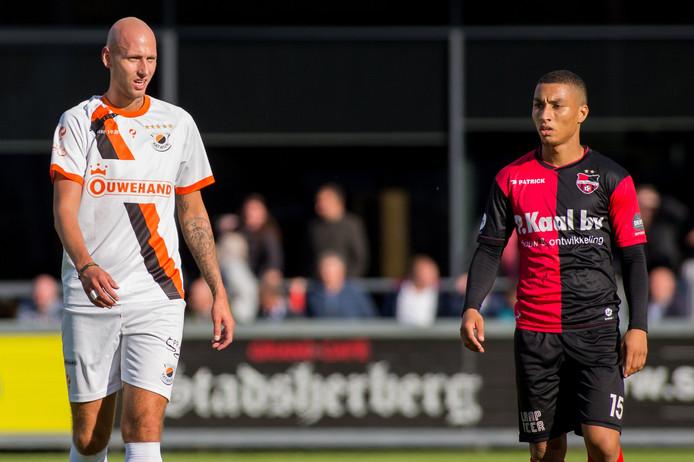 Aleksandar Jankovic bij zijn competitiedebuut voor De Treffers. Joey Jongman van Katwijk links.