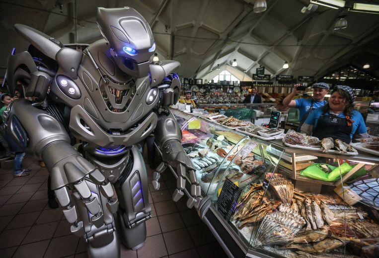 Een robot gemaakt door England Cyberstein Robots is actief op een markt in Moskou. In mei was daar een tentoonstelling over de laatste ontwikkelingen op het gebied van robots. Beeld epa