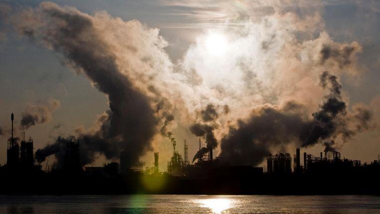 Industrie in de Tweede Merwedehaven in Dordrecht. Beeld anp