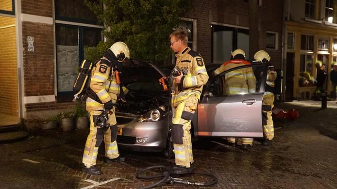Buurtbewoners in de Molenstraat in Deventer hebben even voor middernacht een autobrand geblust met emmers water, de brandweer hoefde alleen nog maar na te blussen. © NewsUnited/Rens Hulman