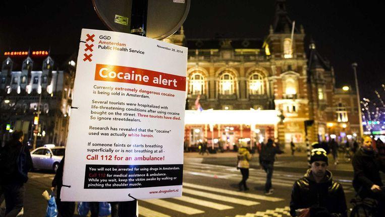 De GGD van Amsterdam waarschuwt met een bord op het Leidseplein voor het gebruik van witte heroïne die wordt verkocht als cocaïne.