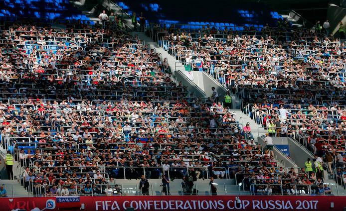 Russische fans kijken in St. Petersburg toe bij Rusland - Nieuw-Zeeland.