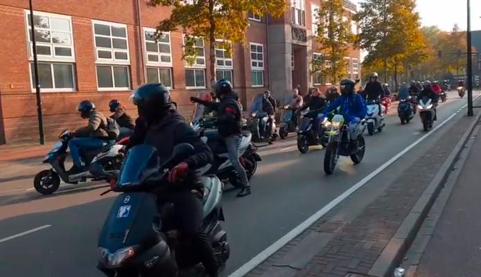 De brommers en scooters op de Noordhoekring.