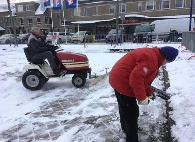 Sneeuwschuiven en daarna een baan opspuiten, ook al ben je 84 jaar oud