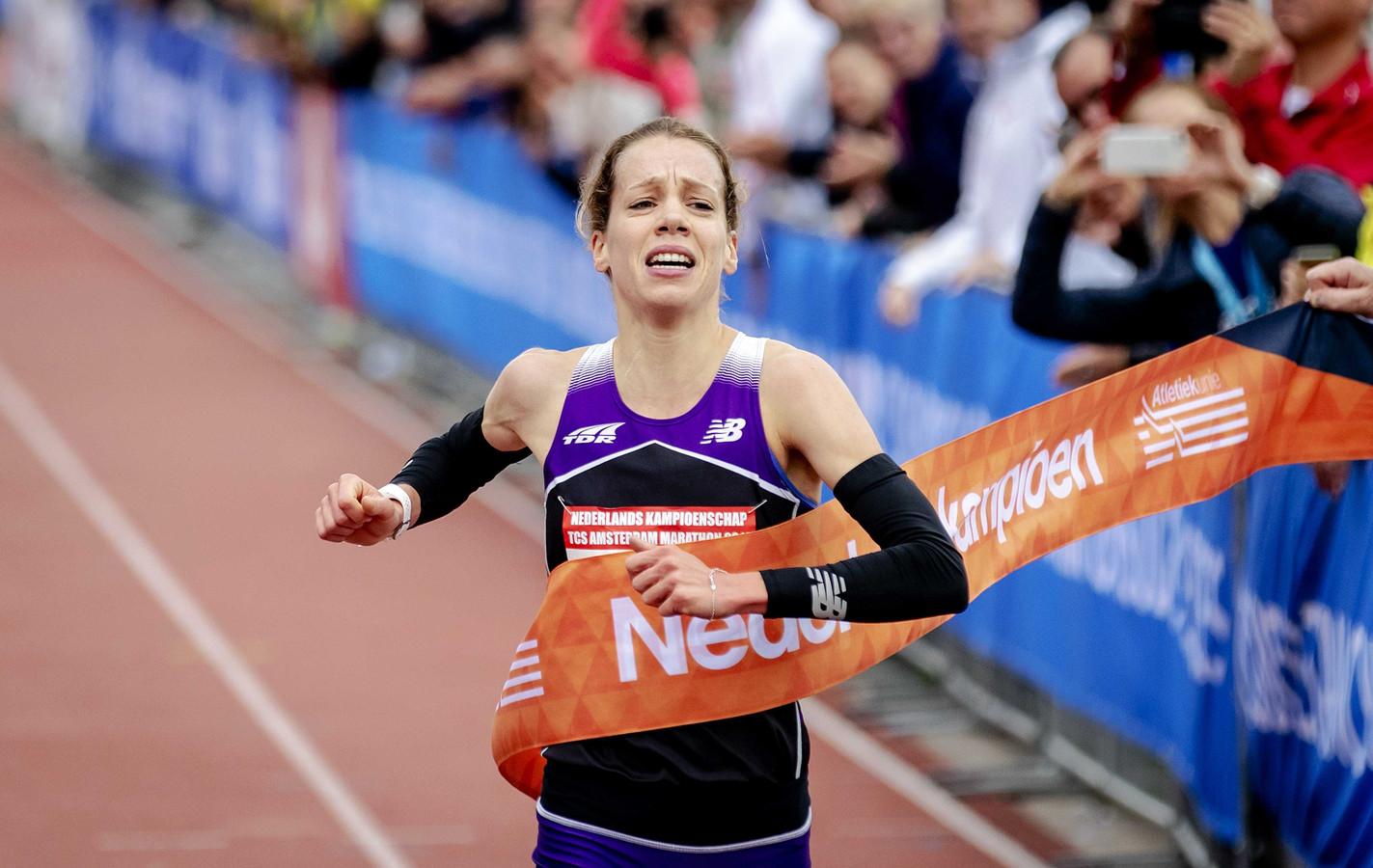Bo Ummels komt als eerste Nederlanderse vrouw over de finish.