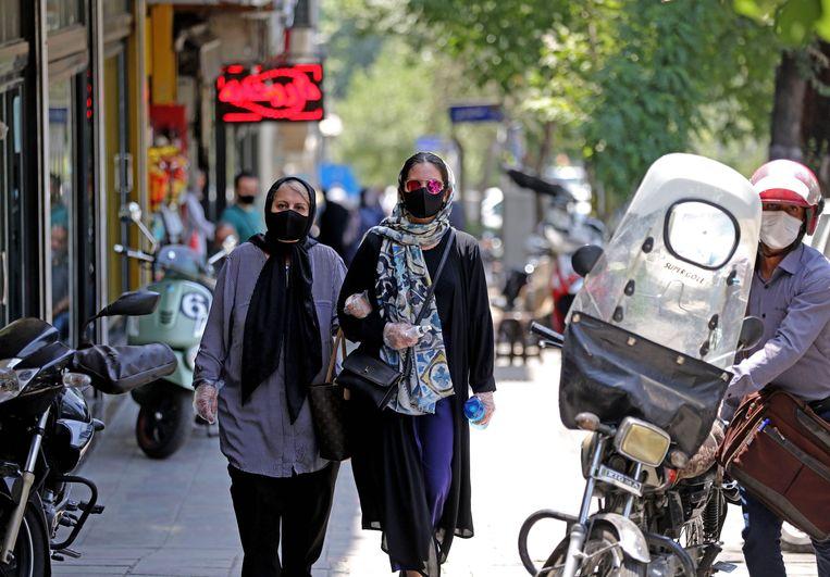 Mensen met mondmaskers in hoofdstad Teheran.