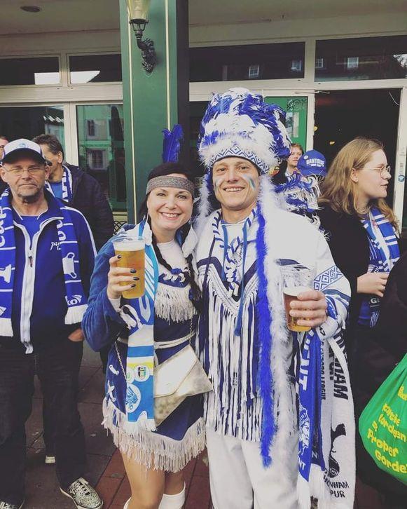 Supporters in Wolfsburg, de sfeer zit er al goed in. Ook mascottes Ben en Mel zijn mee.