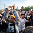 Festivalfoto met herkenbare mensen: geen probleem.