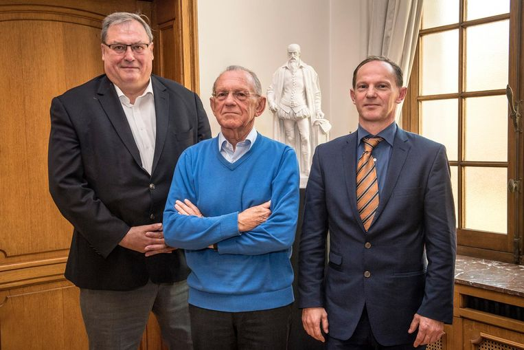 Componist Willy Soenen (midden), die dit jaar 80 wordt, met schepen Dirk Lievens en zijn zoon Henk Soenen.