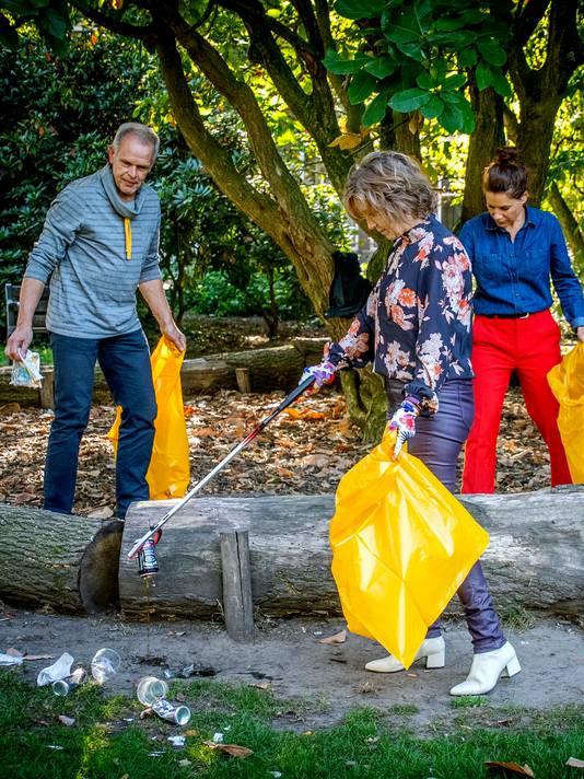 Angela Vrolijk (midden) in Wilhelminapark met Peter Smulders en Femke Meesters. Peter ruimt al 15 jaar op in het park.