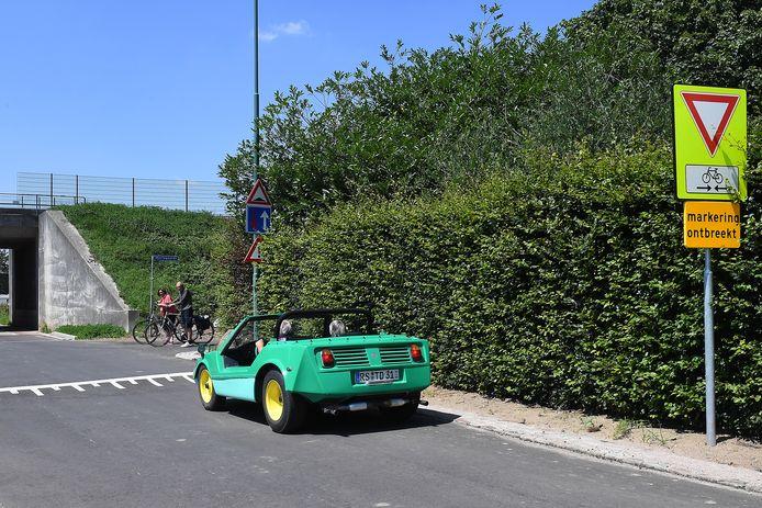 Hier kruisen vanaf eind september fietsers op de snelfietsroute Cuijk-Nijmegen auto's op de Mariagaarde in Katwijk. De heg en de bomen verdwijnen nog voor een beter zicht. Ook komt er nog onder meer een verkeersplateau en een waarschuwingssysteem.