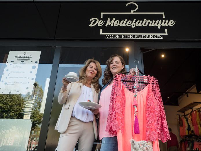 Sharon Posthuma in haar winkel is de Modefabrique met haar moeder Anneke.